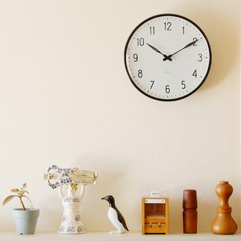 北欧デザインの巨匠「ARNE JACOBSEN(アルネヤコブセン)」の時計は、北欧好きにはたまらない憧れの存在。こちらのステーションウォールクロックは、70年以上前にデンマークの鉄道で採用されたもの。「見やすさ」を重視し、どんな景観にも馴染む、時代を感じさせない普遍的な美しさがあります。