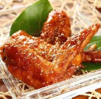 こってり味がお酒にぴったりな手羽先のレシピ。こちらは山椒と黒こしょうを使っていて、ピリ辛な味わいが魅力です。たくさん作ればおもてなしにも◎