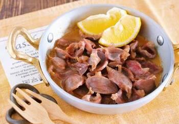 あっという間にできてしまう砂肝のレシピ。材料を鍋に入れたら5分でサッとできてしまいます。ニンニクとバターでビールが進む味わいです。