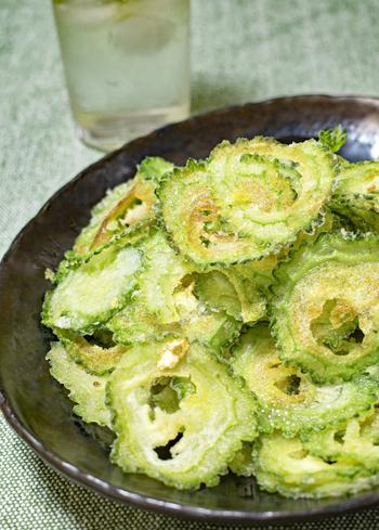 夏の旬野菜ゴーヤをチップスにしたレシピ。ゴーヤを薄くスライスすると苦味を抑えられます。タネもワタも一緒にスライスしてゴーヤを丸ごといただきましょう。