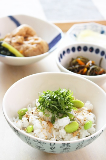 夏バテ予防に効果的な梅干しや旬の枝豆を使ったサッパリご飯。枝豆は、タンパク質や食物繊維、鉄分、ビタミンB1、カリウムを含んでいる栄養満点のお野菜!食欲がないなと感じた時に、ぜひお試しください。
