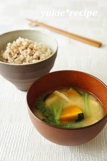 夏野菜の南瓜に、ビタミンやミネラル、鉄分やカルシウムをたっぷり含んだ栄養価の高い小松菜を使ったお味噌汁。朝ごはんに食べれば、一日疲れ知らず♪玄米ご飯との相性も抜群です。