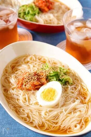 焼肉屋さんでシメに食べたい冷麺を、ご家庭用のそうめんでパパッとお手軽に作れるレシピです!お酢たっぷり、キムチとの相性も抜群でサッパリ頂くことができます。