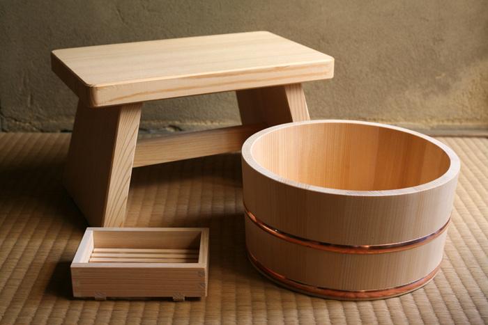 長野県の南木曽町で、樹齢100~300年の木曽の原木を活用し、昭和48年創業の山一が製造している「湯浴みセット」。大人が座るのにちょうど良い、約30x18xH18cmの「さわら風呂椅子」。 約Ø22xH11.5cmの「さわら丸湯桶」。 約13x8.5xH3.5cmの「シャボン台」は、スノコになっていて水が溜まらず、スノコを外して洗えるため、清潔に使えて◎。