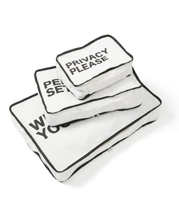 シンプルで清潔感のあるホワイトにクールなブラックのプリントとパイピングが施されたパッキングポーチのサイズ違いの3個セット。