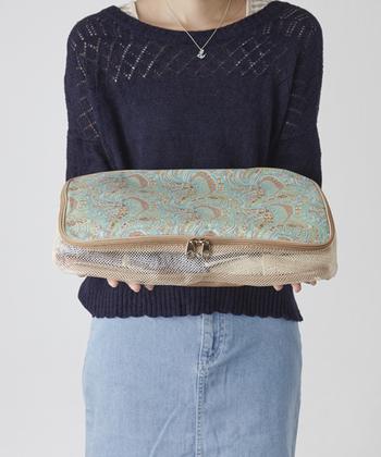 スーツケースの中のかさばりがちな衣類や小物を整理整頓しながらも、一目では中身がわからない。そんな、女性にとくに嬉しい配慮がなされたサイドメッシュのオーガナイザー。