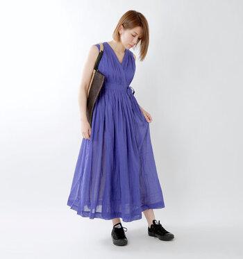 カシュクールデザインが上品な印象を与える、ブルーのノースリーブワンピースです。前を開けて着ることもできるので、羽織としての着回しもOK。風通しのよいコットン素材で、涼しげな透け感コーデが楽しめます。