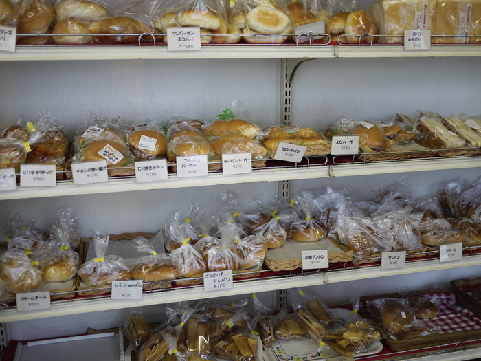 店内には、食パンやロールパンなどオーソドックスなテーブルパン、昔ながらの惣菜パンや菓子パンなどがノスタルジックに並んでいます。