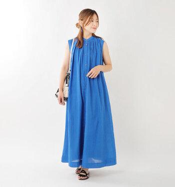 バンドカラーとノースリーブを組み合わせた、きちんと感のあるデザインのシャツワンピースです。鮮やかなブルーカラーが、夏らしさ抜群。デイリーコーデにはもちろん、海やリゾートなどのお出かけコーディネートにもおすすめです。