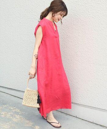 Aラインシルエットが女性らしい、ピンクのノースリーブワンピース。リネン素材で軽やかに着こなせる、無地のベーシックアイテムです。ビビッドなピンクを採用しているので、一枚で着映えする女性らしいカラーが魅力。