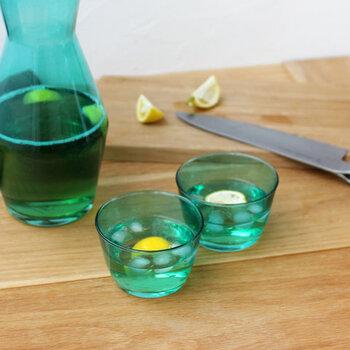 同じカラーのカップが2個セットになっているので、ドリンクを目で楽しみたいときにもおすすめ。シンプルなレモン水などもカラーグラスを使うだけでグッと映えますね。