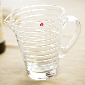 """1881年にフィンランドで誕生した「iittala(イッタラ)」は、無鉛ガラスを使用した""""特別な輝きを持つグラス""""を作っているブランドです。程よいサイズ感の1.2Lピッチャーは、シンプルなのに造形の深さを感じさせるスタイリッシュなデザインが魅力。"""