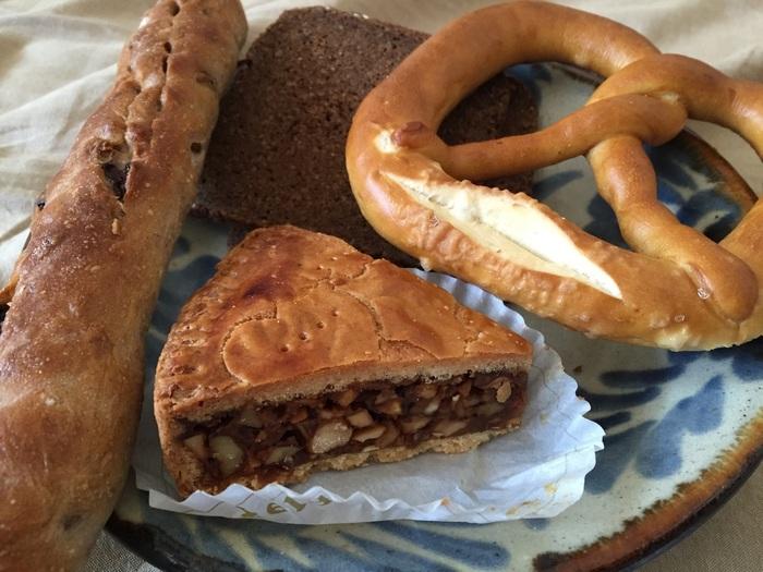 神戸で昔ながらの製法を学び、1980年に創業した「ベルグフェルド(Bergfeld)」。「子供に安心して食べさせられるパンとお菓子」をモットーに、無添加のパンを鎌倉の地で焼き続けています。定番は素朴な味わいのドイツパン。黒パンと呼ばれるライ麦やグラハム粉のパンや、<ザルツブレッツェル>、<カイザーゼンメル>などドイツの定番パンがずらりと並びます。