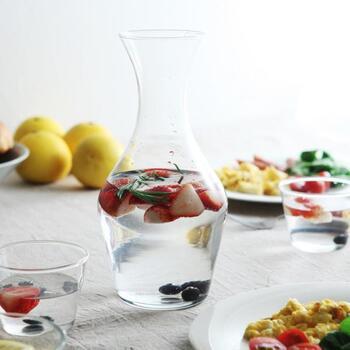 チェコのガラスブランド「BOHEMIA Crystal(ボヘミアクリスタル)」のシンプルで繊細なカラフェ。程よく美しいくびれラインは、スタイリッシュなうえに、持ちやすさも◎です。