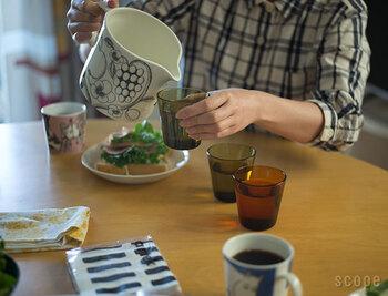 """お水や麦茶をおしゃれにテーブルに出したいなら、中が見えない陶器製のピッチャーもおすすめです。こちらのピッチャーは果物・花・ベリーで描かれた、「Arabia(アラビア)」の人気デザイン""""Paratiisi(パラティッシ)""""が全面に施されています。 おもてなしの中心に置くだけで、北欧テイストのテーブルコーディネートが完成。"""