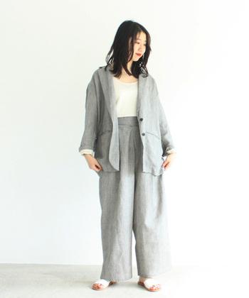 ジャケットとパンツのセットアップは、別々に着ることもできるので、コーデの幅がぐっと広がります。夏にも着れる麻素材のものを選べば、仕事にも休日にも活躍してくれそうです。