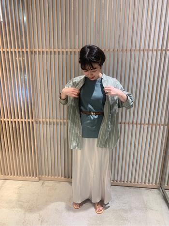 光沢のあるサテンのスカートは、カジュアルな印象になりがちな夏コーデをきれいめに仕上げてくれます。リネン素材のトップスと合わせれば、きれいめカジュアルで大人っぽいコーデに。