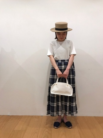 チェックのロングスカートは、白Tと合わせるだけでコーデが完成する優れもの。麦わら帽子に白いバッグ、サンダルなど夏小物を合わせることでよりさわやかなコーデに。