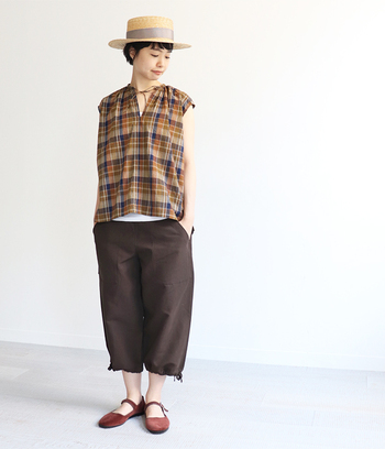 ブラウンのチェックブラウスは、同系色のパンツと靴を合わせてまとまったコーデに。合わせるボトムスによって印象が変わるので、着まわしに便利なアイテムです!