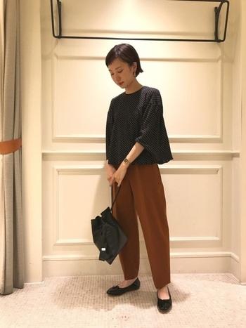 ドット柄のチュニックブラウスはシルエットが上品で女性らしい印象に。パンツと合わせてもスカートと合わせても、上品で大人っぽいコーデに仕上げてくれますよ。