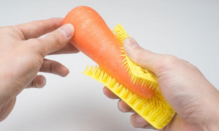 こちらのアイテムは実はキッチン用のブラシです。ザルなど目の細かいものを洗うのに適していますが、根菜類の泥を落とすのにも役立ちます。細かな部分まできれいに洗えるので、皮を厚めに向いて、きんぴらなどにしたくなりますよ。