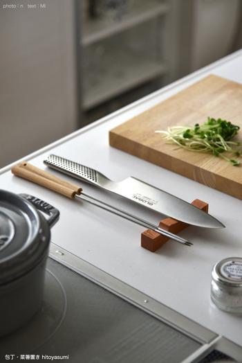 包丁や菜箸は、調理中にどこに置くか迷ってしまいがちなアイテムです。こんなに素敵な包丁、菜箸置きがあったら、丁寧な調理を心がけられそう。