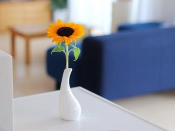 たった一輪でも、ここにお花があるとないとでは大違い。愛らしいひまわりの元気が感じられますね。