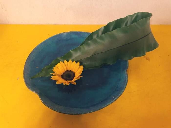 お花だけを短くカットして、平らな器にアレンジしてみるのも素敵です。急に和の面持ちがあらわれます。