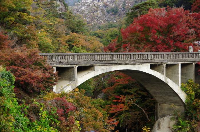 1925年に竣工されたコンクリートのアーチ橋、長潭橋は、昇仙峡の玄関口となっている場所です。長潭橋は、山梨県内におけるコンクリートアーチ道路橋としては最古のもので、土木遺産にも選定されています。