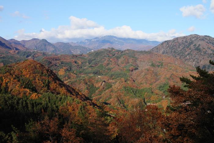 羅漢寺山の山頂展望台から臨む昇仙峡は絶景そのものです。奥秩父山地に広がる深い森、幾重にも折り重なる美しい山容が融和した昇仙峡は深山幽谷としており、甲府市内に有りながらも秘境を彷彿とさせる趣が漂っています。