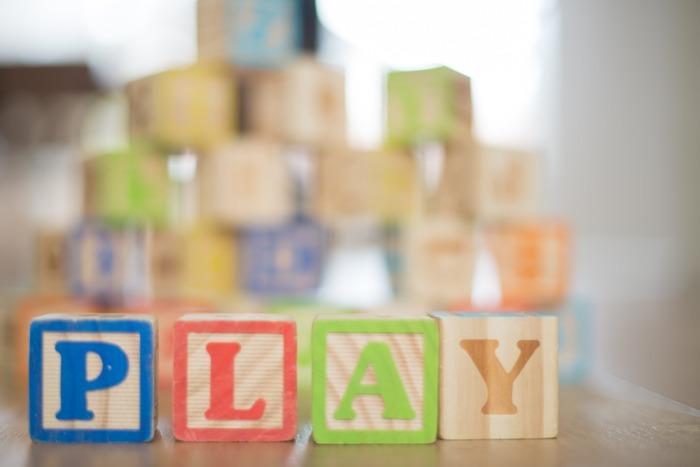 """そのように、いいこと尽くめな「テーブルゲーム」の中から、簡単なルールで、小さなお子さんから大人同士でも本気で盛り上がれるオススメゲームを5つご紹介。  運任せのほのぼのしたものから、大人が思わず「もう1回!!」とリクエストしたくなる面白味のあるものまで。なかには、親子の間でも手加減不要!むしろ大人でも""""本気で勝負したのに子どもに負けた!""""というシーン連発な、驚きのゲームも。  実は""""侮ることなかれ""""なテーブルゲーム、おうち時間のお供にいかがですか?"""