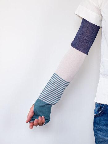 麻のシャリッとした肌触りと、綿のやわらかさのミックスで暑い日でも快適な着け心地。少し長めの作りになっているので、手の甲から二の腕までしっかりカバーできます。