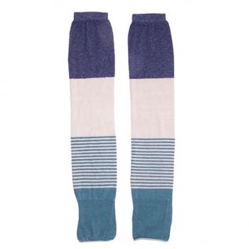 奈良の靴下工場で、日本に数台しかない機械で製造されたアームカバー。3色の異なる色とボーダーの組み合わせがユニークですね。