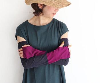 国産の丁寧につくられた靴下を奈良から送り出している「LUCKY SOCKS(ラッキーソックス)」。 サンスクリーン2トーンアームカバーは、二の腕まで隠れるちょうどよい長さで、手の甲までしっかり紫外線を防いでくれます。接触冷感作用のある素材を使用しているので、ひんやりと快適な着け心地もうれしい。