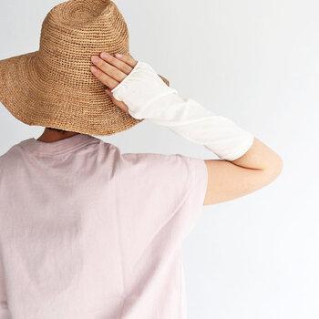 日差しがキツイ夏になると、気を付けたいのが「紫外線」ですよね。日焼けはしたくないから、サンスクリーンを塗ったり長袖を着たりはするけど、意外と見逃しがちなのは「手の甲」です。