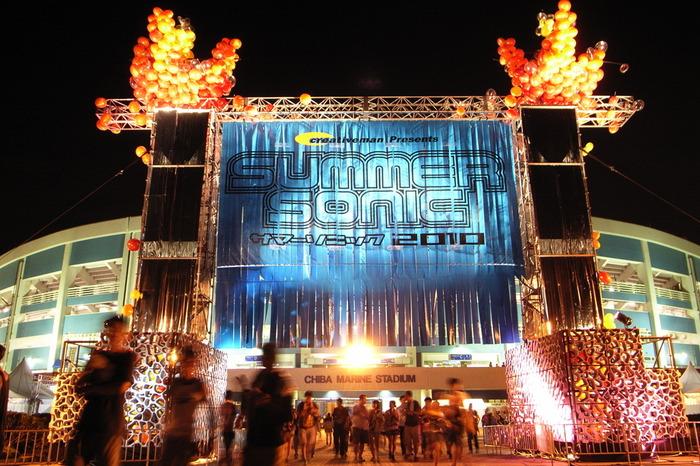 ■開催日:毎年8月上旬から中旬 ■場所:[東京会場]ZOZOマリンスタジアム&幕張メッセ     [大阪会場]舞洲ソニックパーク  2000年より開催しており、東京と大阪の2つの会場で行われ毎年約20万人を動員する人気の大型フェスです。都市型なのでアクセスが良いのも嬉しいですね。海外アーティストから日本アーティストまで幅広く出演し、2019年はレッドホットチリペッパーといった海外アーティスト、日本を代表するB'zがヘッドライナーとして選ばれました。人が多いものの、メインのスタジアム内なら日差しも気にせず遊べますし、ビーチステージで爽やかな雰囲気を楽しむこともできます。初心者でも子供でも幅広い方におすすめのフェスです。