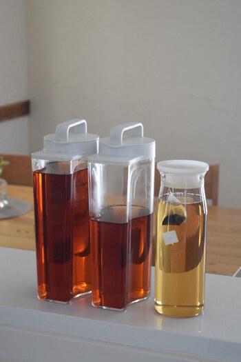 夏は麦茶などの冷たい飲み物が欠かせませんが、お茶用のポットはどうしても場所を取ってしまい、収納場所に困ってしまいますよね…。そんな時におすすめなのが、スペースに合わせて縦置き・横置き両方できる無印良品の「アクリル冷水筒」です。