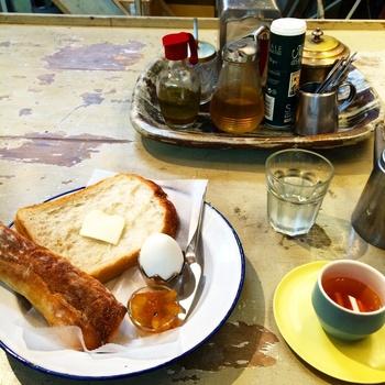 隣には小さなカフェスペースがあり、販売しているパンをイートインできます。画像は日替わりパン、ゆで卵、ドリンクがセットになったモーニングのセット。  他にも日替わりパン、鎌倉野菜のサラダ、ドリンクがセットになったランチを食べることができます。鎌倉野菜が並ぶレンバイ散策のついでに立ち寄ってみてはいかがでしょうか。