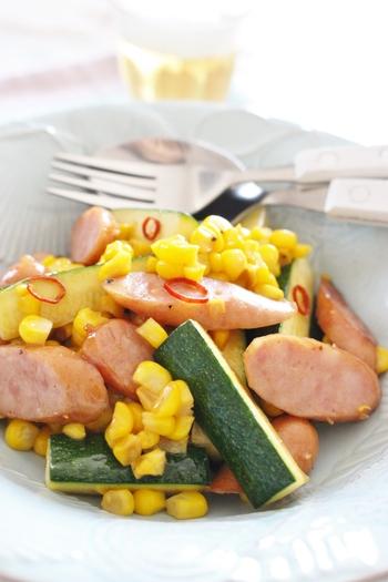 夏が旬のトウモロコシとズッキーニを使った炒め物のレシピ。鷹の爪がピリッと辛く、お酒がすすみます♪ガーリックの効いたバター醤油の味付けが夏の野菜をさらにおいしく仕上げてくれます。