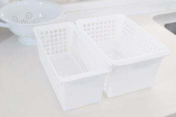 冷蔵庫には様々な食品が入っているので、そのままだと雑然とした印象になりますよね。「ゴチャゴチャ感が気になる…」という時には、ダイソーのシンプルな「すきま収納ボックス」を取り入れてみませんか?