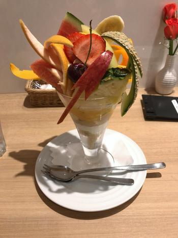 いちご、メロン、オレンジ、チェリーなど、数えきれないほどたくさんの果物が入った人気No.1の「フルーツパフェ」は、アイスクリームもシャーベットもたっぷり。いろんな味が楽しめてとってもお得な気分になれますよ。