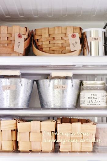 100円ショップで販売されている可愛い「かご」を使うと、まるで雑貨屋さんのような素敵な冷蔵庫に。上段の取っ手付きのかごはダイソーのアレンジバスケット、下段のかごはセリアの水杉バスケットです。こんなにおしゃれな冷蔵庫なら、毎回扉を開けるのが楽しくなりそうですね。