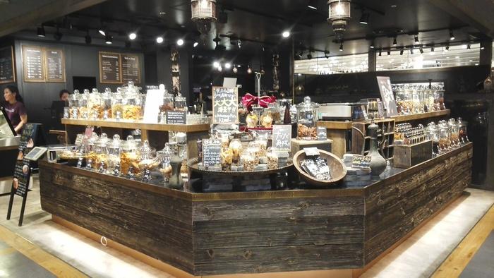 新宿駅直結、ルミネ新宿店ルミネ1の6階にある「FAR EAST BAZAAR(ファーイーストバザール)」はドライフルーツやナッツを扱うお店。イートインコーナーが併設されており、こだわりの商品を使ったパフェが食べられます。