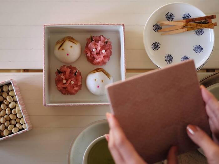 おもてなしの時には和菓子を入れて、あえて蓋を閉めた状態でお客さまに出すのがポイント。重箱の蓋を開ける瞬間はどこかワクワクするもの。蓋を開けてかわいらしい和菓子が姿を現すと、きっと歓声が上がるはずです。
