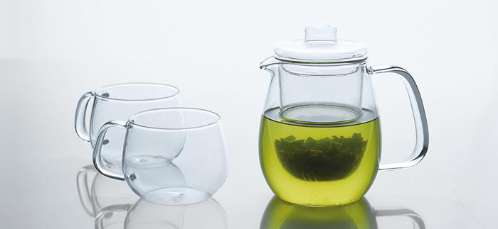 シンプルかつスタイリッシュ、さらに機能性も併せ持つ【KINTO】のアイテム。カジュアルなティーウェアが揃うシリーズ「ユニティ」には、耐熱ガラス製のティーポットがあります。ガラスの茶漉しが付いたタイプは、茶葉のみずみずしさまでよく見えてとってもキレイ。夏は水出しのお茶を淹れるのもいいですね。