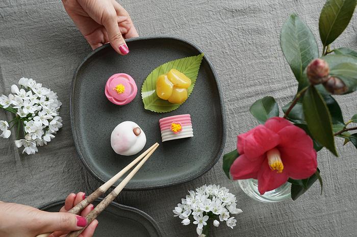 四季折々の日本の四季をモチーフにした美しい芸術品・和菓子。せっかくだから和菓子の持つ世界観を壊さずにいただきたいものですよね。和菓子が映える素敵な器で、見た目から和菓子の美味しさを味わってみませんか…?