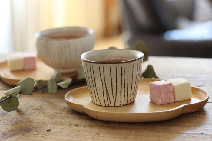 Mサイズのプレートは、和菓子とお茶をセットで出すのにちょうどいい。桜の花をモチーフに作られた愛らしいお皿のデザインは、おもてなしにもぴったりです。
