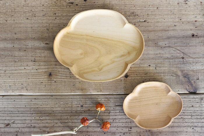伝統工芸輪島塗の産地、石川県輪島で作られた木のプレート。自然が作り出す木目模様が美しく、木ならではの温かみが感じられます。