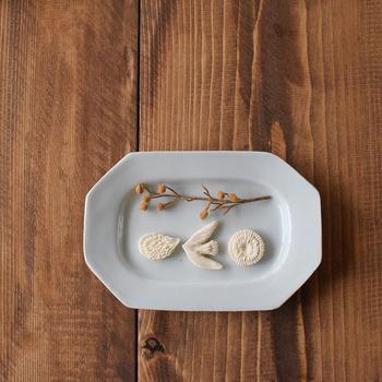 和菓子そのものが完成された芸術品であるため、お皿はあえてシンプルなものを選びたいもの。シンプルだけどどこか温かみもある白磁のプレートは、まさに美しい和菓子にぴったりです。