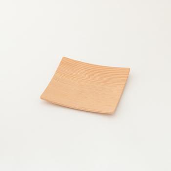 GOLD CRAFT(ゴールドクラフト)の木製プレートスクエア Sは、「プライウッド」という技術で作られています。プライウッドとは木を薄くスライスした芯材を重ね合わせ、熱圧力で貼り合わせる製法のこと。薄くて軽く、丈夫なのがメリットです。